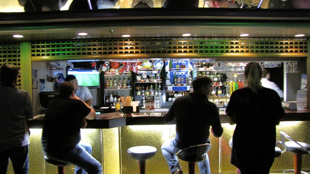 "Караоке-бар и Спорт-бар на 7 палубе паромаПринцесса Анастасия разместились за вывеской ""Sport LEGEND Bar"""