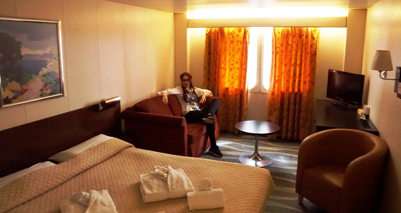 Трехместная каюта LX3.КлассDeLuxe. Одна большая двуспальная кровать, диван, мягкие кресла
