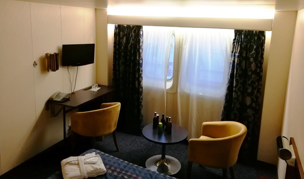 Двухместная каюта LX2. Класс Deluxe. Одна большая двуспальная кровать, мягкие кресла. Банные халаты. Напитки из минибара.